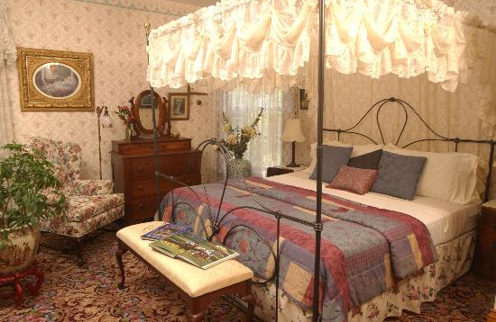 Westchester House Bed and Breakfast: Sun Room, a deluxe room with king bed