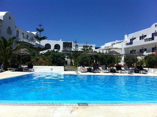 Mediterranean White: vue de la piscine vers l'hotel