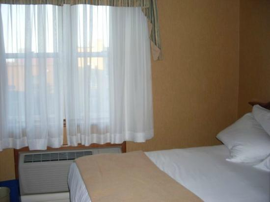 Hotel Manoir Victoria: Room 205- Standard