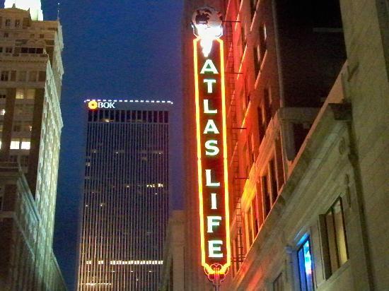 Courtyard Tulsa Downtown: Atlas Life Building neon