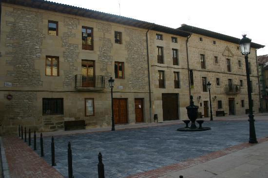 Hotel Arganzon PLAZA: Plaza (vista fachada)