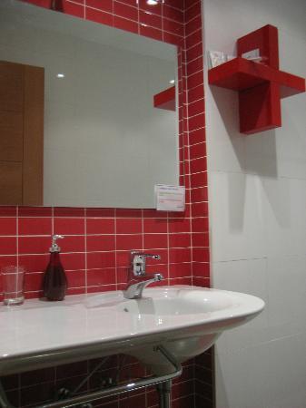 Hotel Arganzon PLAZA: Baño Rojo