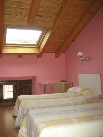 Hotel Arganzon PLAZA: Habitación con 2 camas abuhardillada