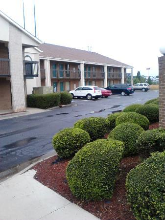 Days Inn Mooresville Lake Norman: Parking lot