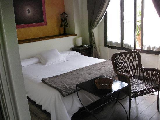 Hotel Mas de Baix: Friendly furnished room