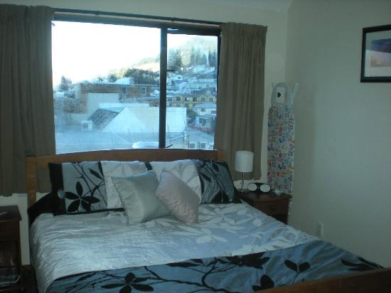 Adventure Queenstown Hostel: Private room with a beautiful view of the water and the town