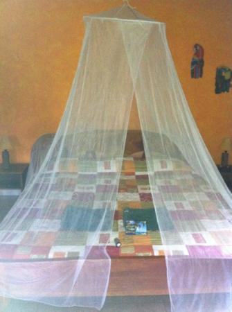 Suizo Loco Lodge Hotel & Resort: cama con mosquitera (junior suite)