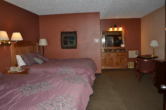سيلفر موون إن: Room with two queen beds. 