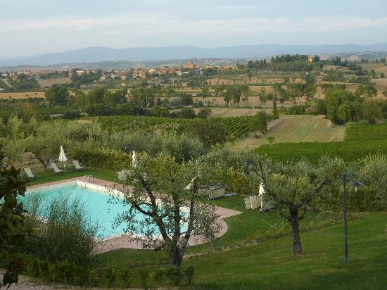 Montepulciano Country Resort: Uitzicht vanaf balkon op zwembad (Poggio Olivo)