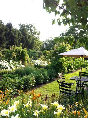Carriage House Dining Room & Gardens: Tranquil setting, Alfresco dining is open on limited evenings. Call to make sure.