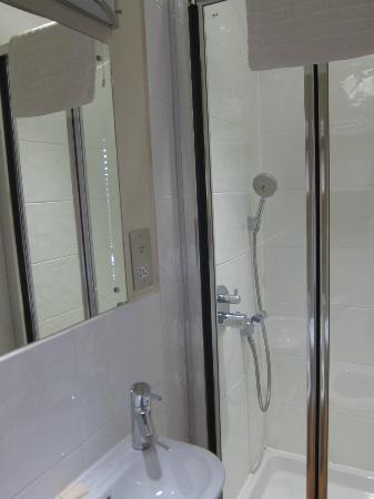 Mandolay Hotel & Conference Centre: Bathroom - tiny!