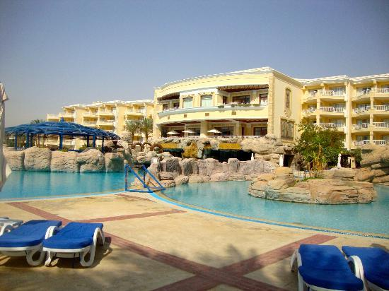 SENTIDO Palm Royale: The main pool area