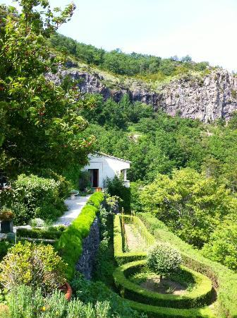 Chateau de Rochessauve : The garden on the side of the ridge, leading to one of the rooms