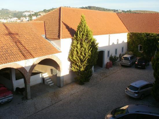 Quinta do Covanco: Secure courtyard parking area
