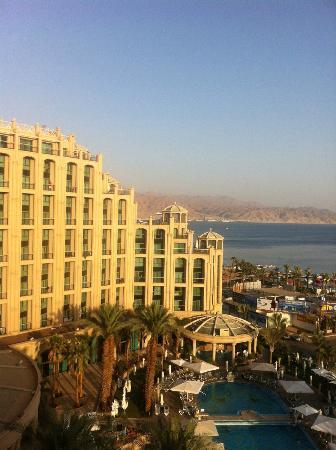 Queen of Sheba Eilat: Hotel und Pool in der Abendsonne - im Hintergrund die jordanische Küste