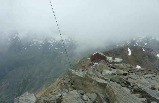 Glacier Hotel Grawand : Panorama dell'albergo/arrivo funivia