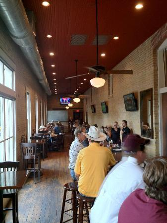 Mozies Bar & Grill: Bar and main restaurant view