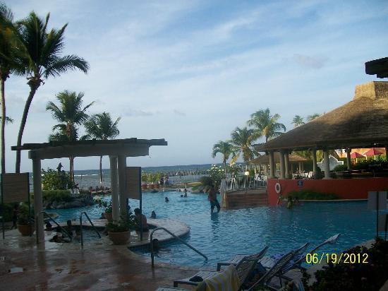 Embassy Suites by Hilton Dorado del Mar Beach Resort: piscina