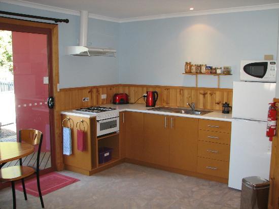 Derwent Bridge Chalets & Studios: Studio Kitchen
