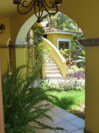 El Encanto Inn & Suites Boutique Hotel: Hotel grounds