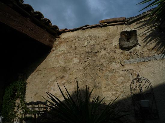 Hotel De Vigniamont: Vue de la terrasse, vieux murs de pierre