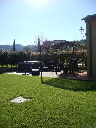 Podere Vignanova: Jacuzzi + area attrezzata in giardino