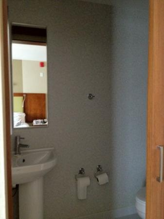 SpringHill Suites by Marriott Long Island Brookhaven: toilet is separate from shower