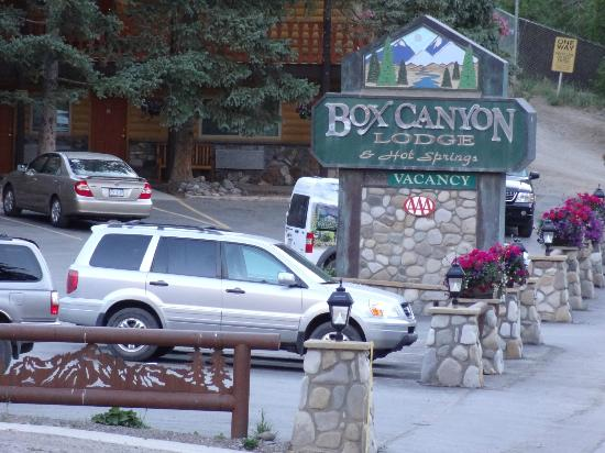 Box Canyon Lodge & Hot Springs: Sign and parking