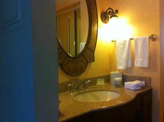 Homewood Suites by Hilton La Quinta: Spotless bathrooms - perfect light for makeup