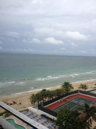 Ocean Manor Beach Resort Hotel : surfs up