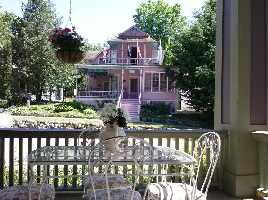 Terrace Inn and 1911 Restaurant: View from porch. My room also looked out onto the same house.
