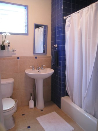 The Lotus Garden Hilo: Tiled bathroom w/ shower & tub shared by guests in the 2 bedroom Sugar Shack