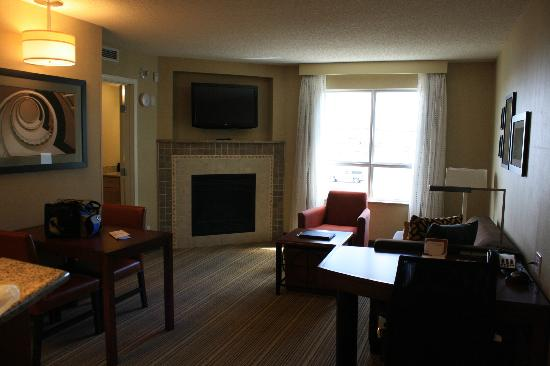 Residence Inn Calgary Airport: Living area