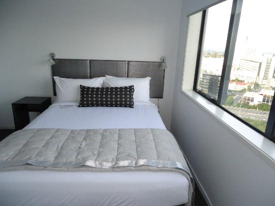 Waldorf St. Martins Apartment Hotel: Outer bedroom of twoon 18th floor (queen size bed)