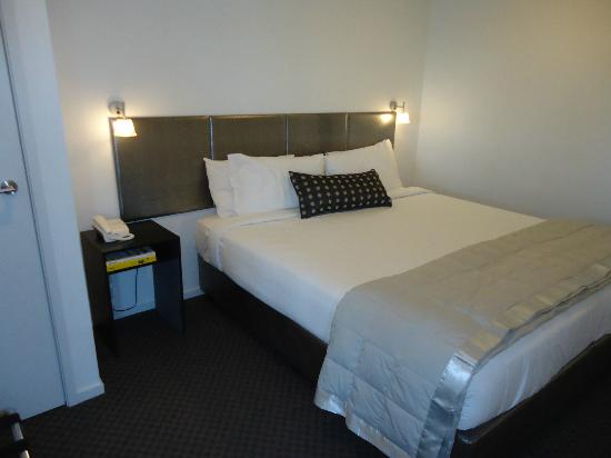 Waldorf St. Martins Apartment Hotel: Inner bedroom of two -18th floor (king size bed)