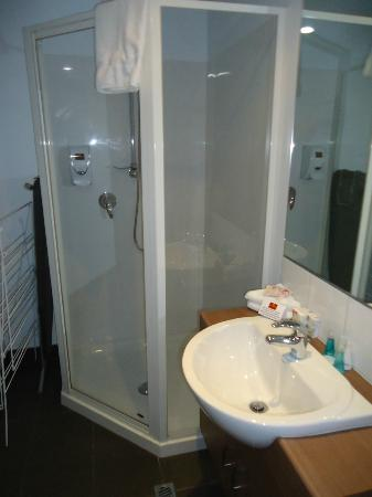 Waldorf St. Martins Apartment Hotel: Bathroom