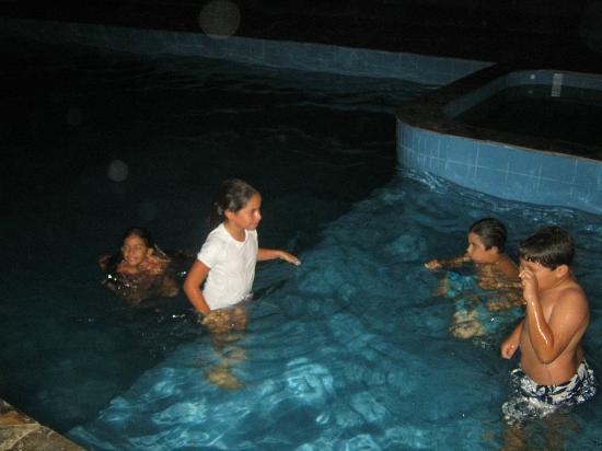 Rio Lindo Ecolodge: los niños divirtiendose de noche en la piscina