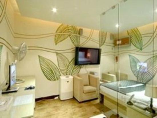N Motel: room