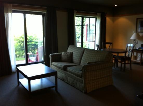 Auberge Duchesnay: Salon avec vue du lac et du jardin