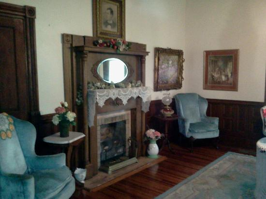 Mistletoe Bough Bed and Breakfast: Front Room - Great for Reading