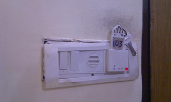 Hotel Sea Sands Juhu & Zo Rooms : broken fixtures