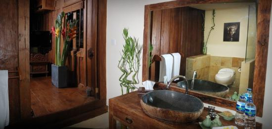 Stormrider Surfcamp Bali: Dreamland Suite Bathroom