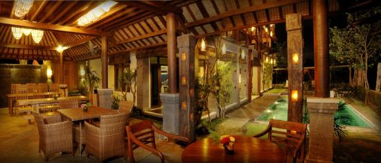 Stormrider Surfcamp Bali: Restaurant with Pool at Night