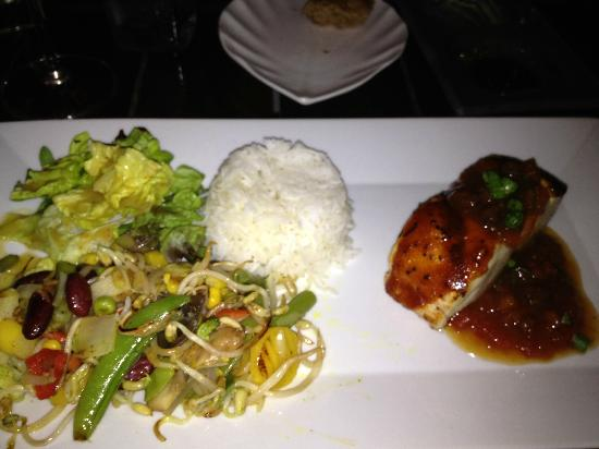 Wil's Restaurant: fish with chutney, veggies and rice