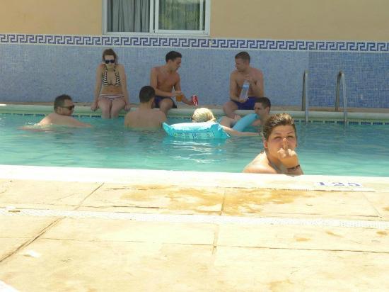 Apartahotel Central City: piscinaa