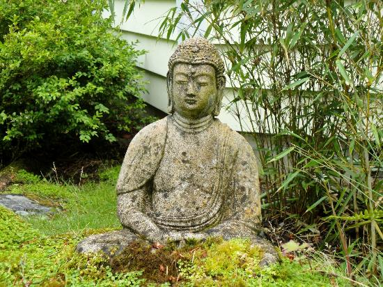 Wildwood Manor Bed and Breakfast: Front yard Budda