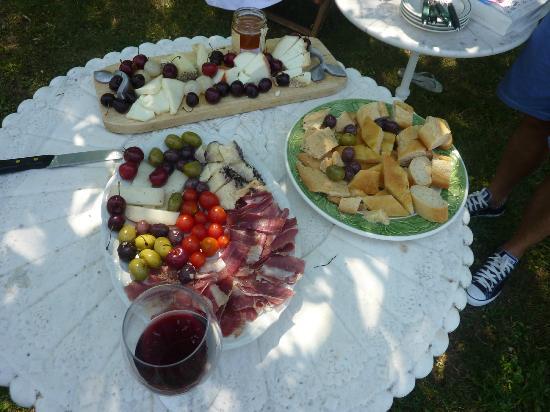 Villa Vignacce: los mejores quesos pecorinos de la region,almorzando en la piscina