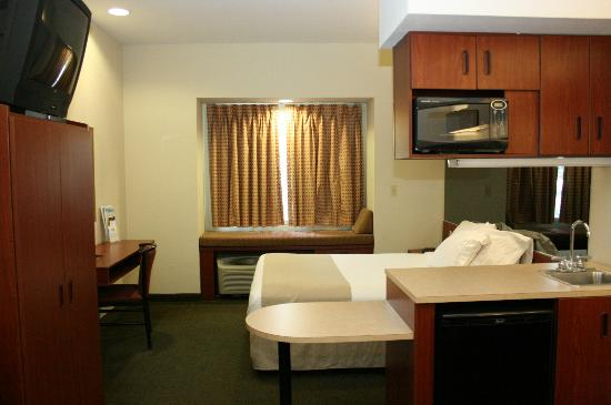 Microtel Inn & Suites by Wyndham Starkville: looking into bed area