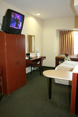 Microtel Inn & Suites by Wyndham Starkville: wardrobe, tv, desk