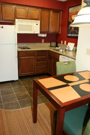 Residence Inn Huntsville: dining area/kitchen